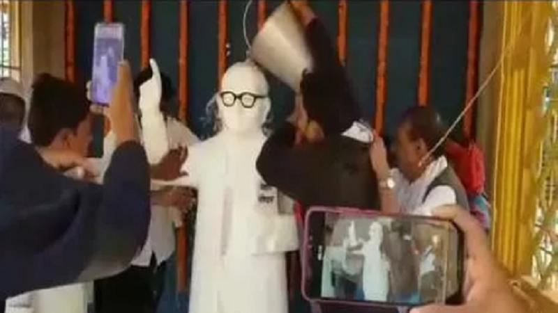 युवाओं ने अंबेडकर की प्रतिमा को धोकर किया शुद्धिकरण, गिरिराज सिंह ने किया था माल्यार्पण