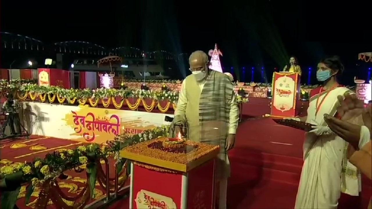 पीएम मोदी ने दीप जलाकर देव दीपावली महोत्सव का शुभारंभ किया