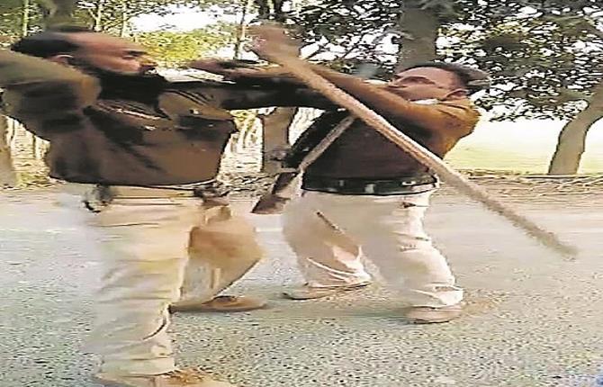 सड़क पर भिड़ गए बिहार पुलिस के जवान, जमकर हुई मारपीट