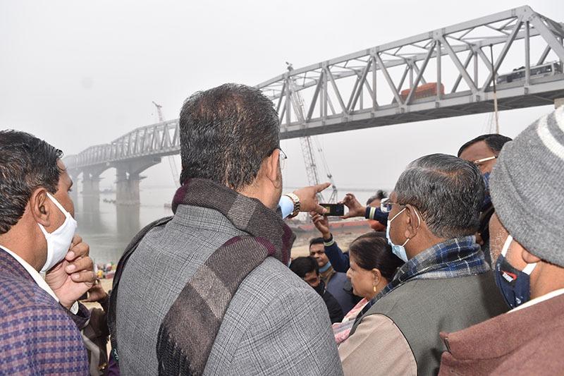 पथ निर्माण मंत्री मंगल पांडे ने गांधी सेतु पर नए फोरलेन पुल निर्माण का लिया जायजा-2900 करोड़ रुपए की लागत से हो रहा है निर्माण