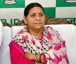 राबड़ी देवी संग सेल्फी लेने की होड़, जन्मदिन पर बधाई देने पहुंचे RJD के कई नेता
