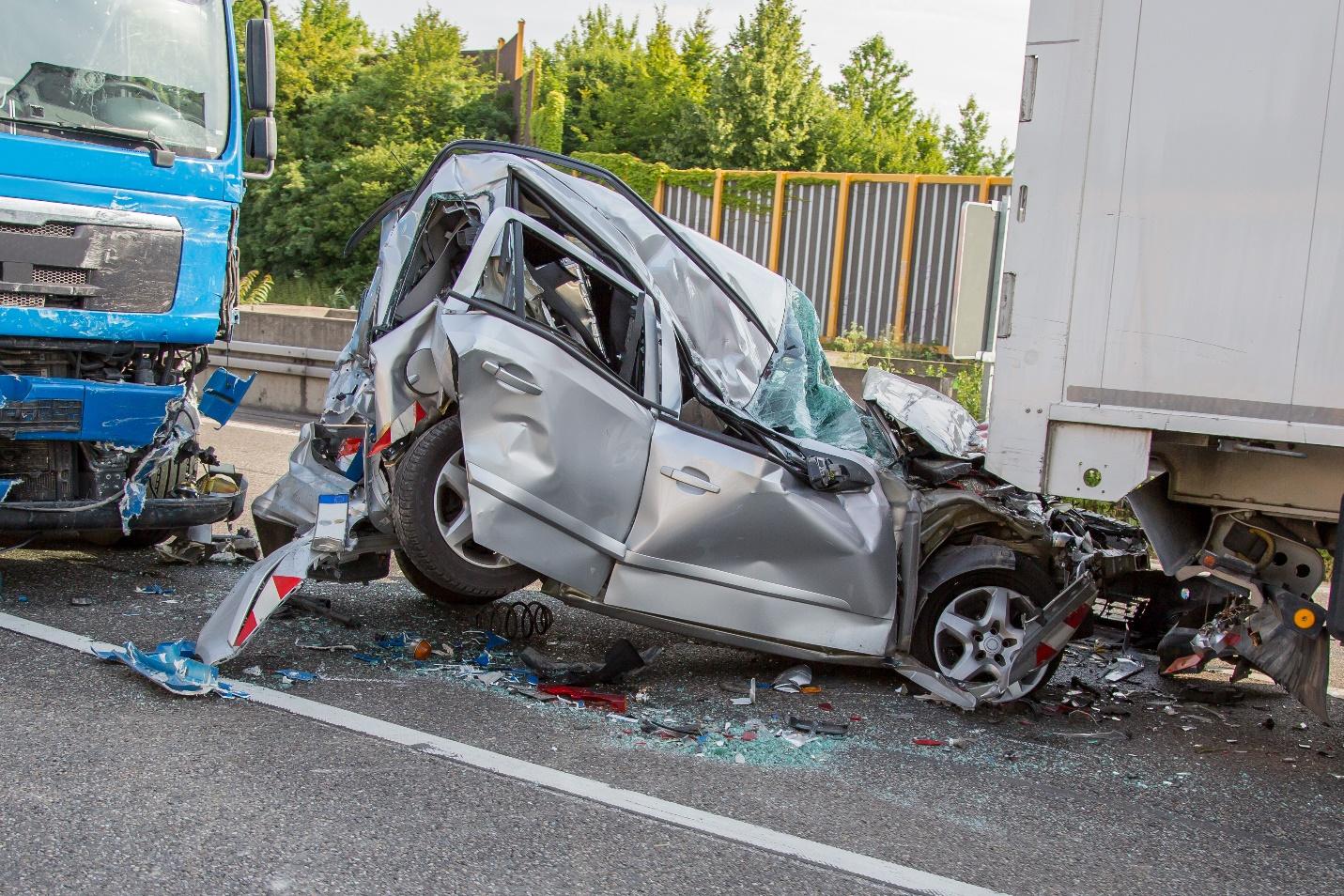 रोहतास-भीषण सड़क हादसे में दो की मौत तीन घायल, कार घुस गई ट्रक के नीचे