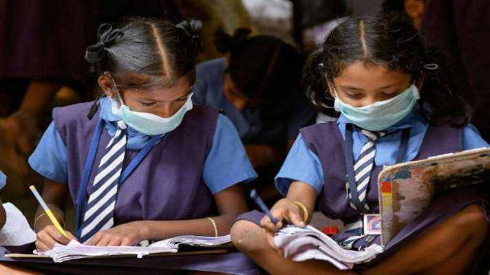 लंबे अरसे बाद स्कूल खुले बच्चो को हैंड सेनीटाइजर और मास्क के साथ स्कूलों ने किया स्वागत