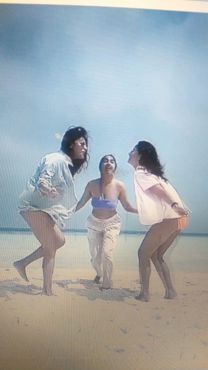 बिकिनी पहने नीले समुद्र किनारे डांस करते दीखें आलिया भट्ट-फैंस के साथ एक मजेदार वीडियो किया शेयर