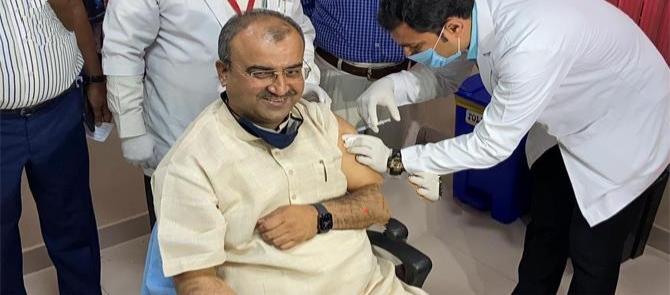 स्वास्थ्य मंत्री मंगल पांडेय ने ली कोरोना वैक्सीन, लोगों से भी टीकाकरण में हिस्सा लेने की अपील