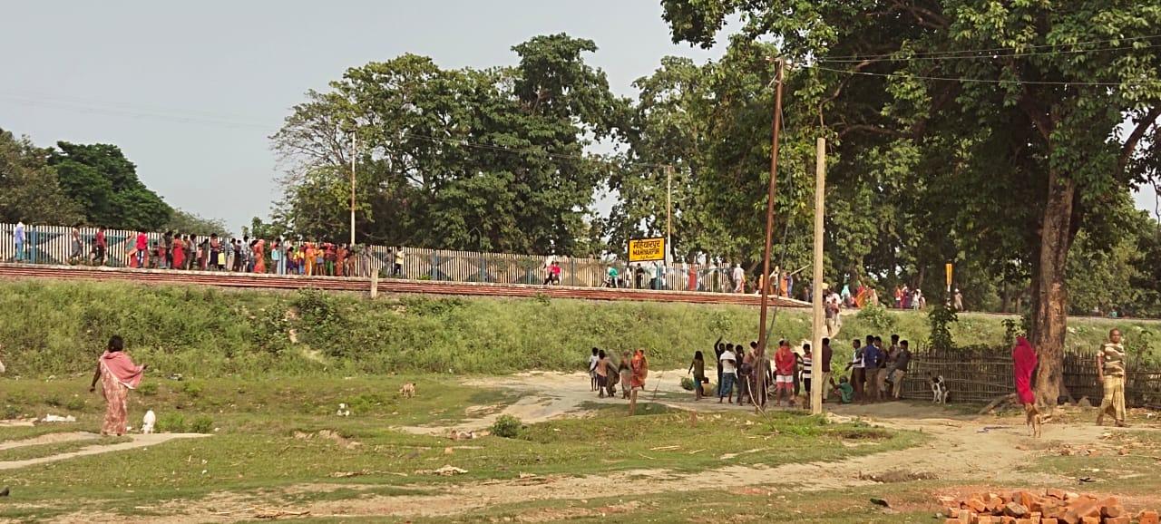 अभी अभी :मनिहारी  अनुमंडल स्थित महिहरपुर रेलवे परिसर मे ट्रैन से कटकर महिला की मौत।